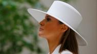 Melania Trump mit ihrem weißen Hut des französischen Designers Hervé Pierre.