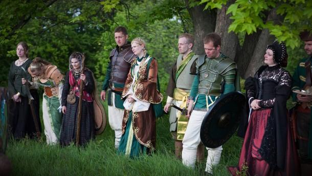 Live-Rollenspiel - Auf der mittelalterlichen LARP-Veranstaltung (Live Action Role Playing) auf der Burg Lohra wird Vincent Eppelt, ein teilnehmendes Mitglied der Piratenpartei, begleitet