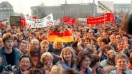 Mehrere Tausend Menschen demonstrieren am 8.11.1989 vor dem ZK--Gebäude in Ostberlin. Einen Tag später öffnet die DDR ihre Grenzen.