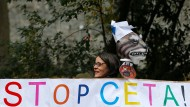 Demonstrantin bei einem Anti-Ceta-Protest vor dem wallonischen Regionalparlament in Namur.