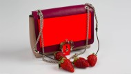 Viele der aktuellen M-Taschen wie zum Beispiel das Modell von Paula Cademartori sind mit ihren Mustern, Karabinerhaken und Neon-Details jetzt so phantasievoll wie bis vor kurzem noch Clutches. Erdbeeren purzeln natürlich nicht wie selbstverständlich heraus.