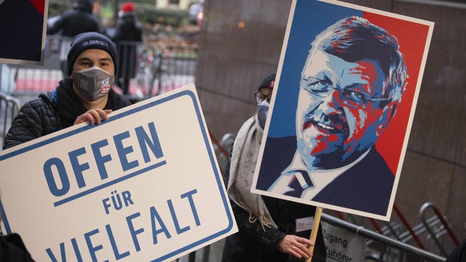 Unvergessen: Demonstranten zeigen ein Porträt Walter Lübkes beim Prozess gegen seinen Mörder Ende Januar in Frankfurt.