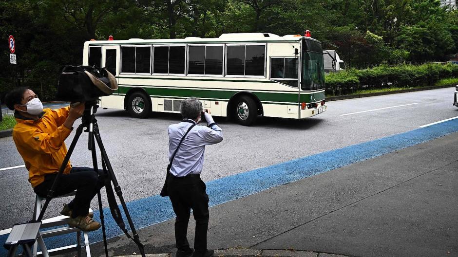 Der Bus, in dem wohl Michael T. und sein Sohn Peter sitzen, biegt in die Auffahrt zum Gericht in Tokio ein.