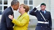 Willkommenskuss von Staatsmann zu Staatsfrau: Obama trifft im Schloss Herrenhausen für die offizielle Empfangszeremonie ein.