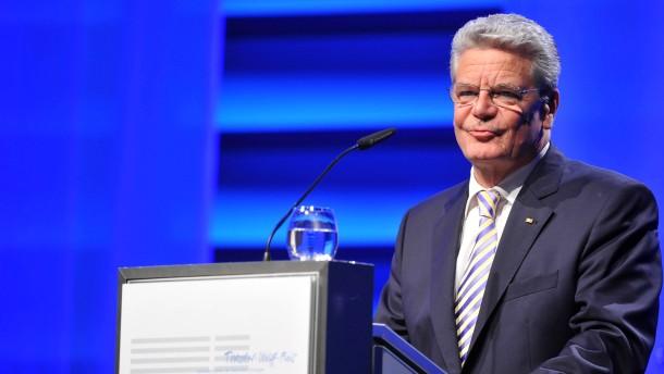Gauck unterzeichnet Urkunde zum ESM