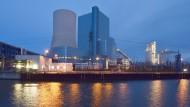 Das Uniper-Kraftwerk Datteln 4 mit dem Datteln-Hamm-Kanal davor