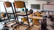 Sachsen, Hoyerswerda: Stühle stehen auf einer Schulbank in einem leeren Klassenraum im Léon-Foucault-Gymnasium (Symbolbild). Vor allem an Lehrern und Juristen wird es künftig fehlen.