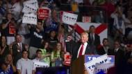 Treibt Clinton in Sachen Terror und Sicherheit vor sich her: Donald Trump bei einem Auftritt am Montag in Florida.