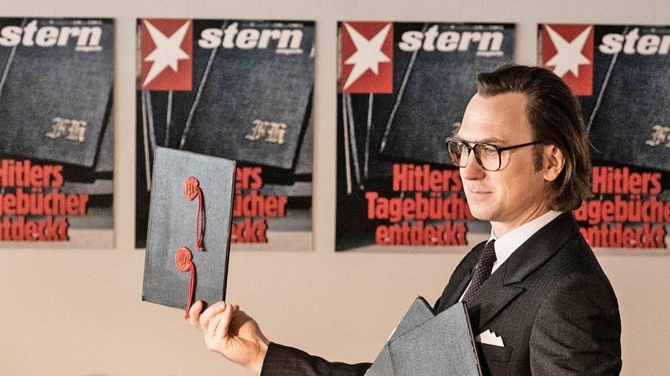 """Seht, was ich da habe: Lars Eidinger als  Stern-Reporter Gerd Heidemann mit den """"Hitler-Tagebüchern"""""""