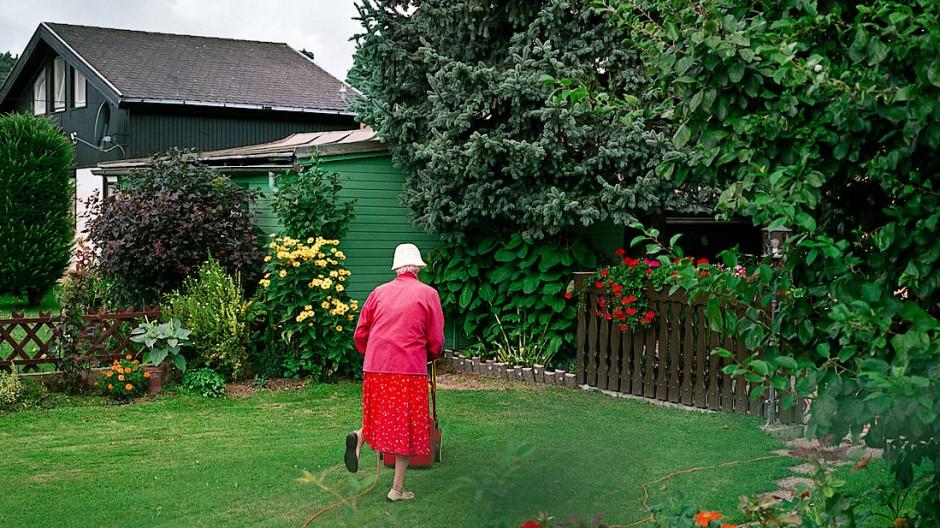 Auch wenn die Gartenarbeit immer schwerer fällt, wollen viele Senioren ihr Haus nicht aufgeben. Aber die Kinder können helfen und später profitieren.