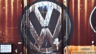 Sinnbildlich: Ein verblichenes VW-Logo an einem Güterwagon steht für den maroden Zustand des Gesamtkonzerns.