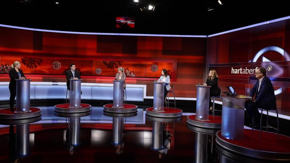 Auch im Studio von Hart aber fair wird der nötige Sicherheitsabstand zwischen den Diskussionsteilnehmern eingehalten.