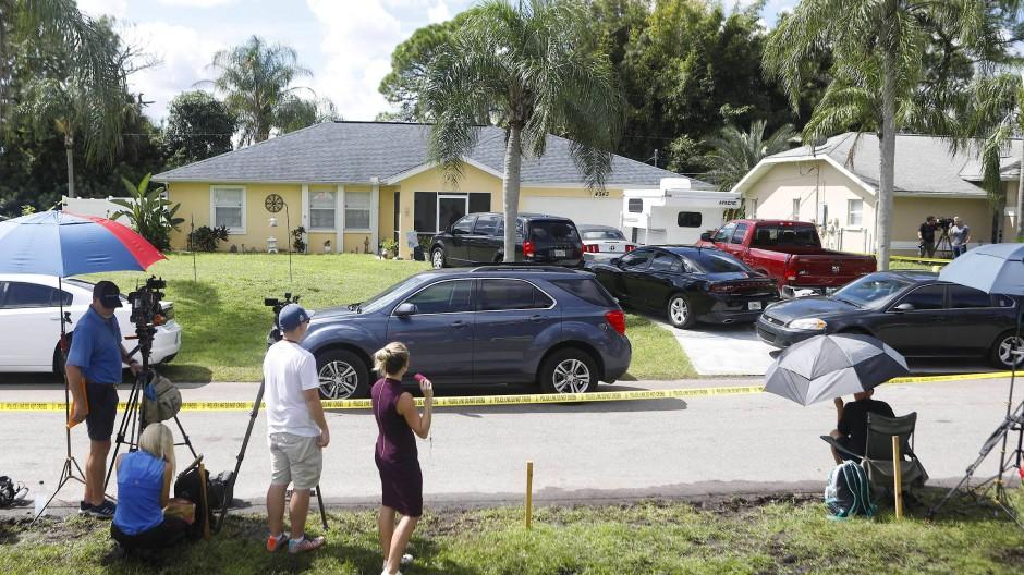 Medienvertreter stehen am Montag vor dem Elternhaus von Gabby Petitos Verlobtem Brian Laundrie in North Port im US-Bundesstaat Florida.