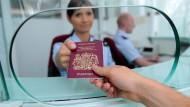 Seit Freitag gelten die Änderungen des Schengener Grenzkodex. Auch am Flughafen Frankfurt kommt es zu schärferen Kontrollen.
