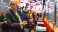 Axel Voss spielt auf der Gamescom 2019 zu ersten Mal minecraft beim Xbox-Stand (Kölnmesse).