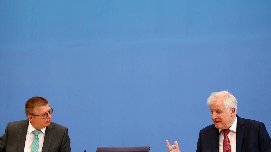Bundesinnenminister Horst Seehofer und Verfassungsschutz-Präsident Thomas Haldenwang stellen den Verfassungsschutzbericht 2019 vor