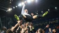 Hoch soll er leben! Die Teamkollegen lassen Chelsea-Legende John Terry hochleben