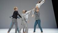 """Schwerkraft ist überflüssig: """"Fall Seven Times"""" von Guy Nader und Maria Campos, choreographiert für das Tanzensemble des Staatstheaters Mainz"""