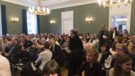 Auftritt: Marion Poschmann, Robert, Menasse, Sasha Marianna Salzmann und Thomas Lehr (von links) betreten den Saal des Literaturhaus Frankfurt.
