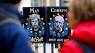 Passanten am Mittwoch in London vor Plakaten mit Theresa May und Jeremy Corbyn