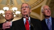 Der Fraktionsführer der Republikaner im Senat, Mitch McConnell (Mitte)