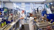 Endmontage elektronischer Druckmessgeräte: Besuch bei dem Familienunternehmen Wika in Klingenberg