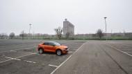 Ein einsames Auto auf dem Mitarbeiterparkplatz am VW-Stammwerk in Wolfsburg