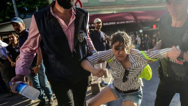 Wasserwerfer und Gummigeschosse gegen Lesben und Schwule