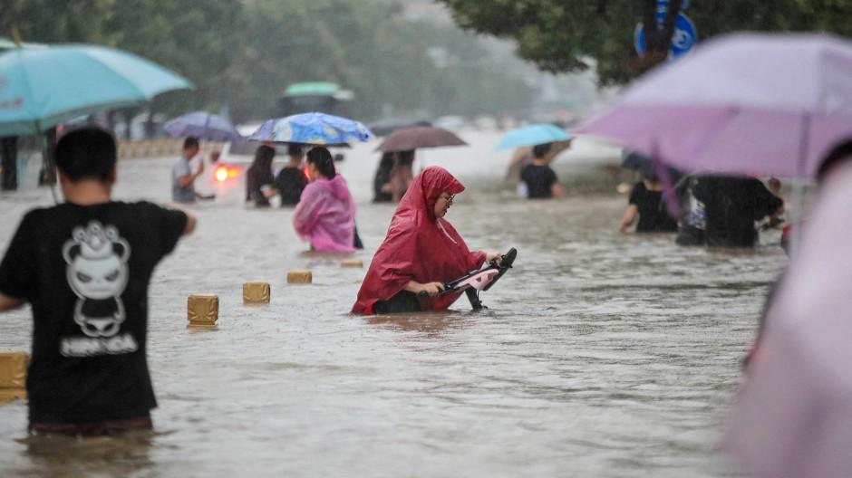 Die überfluteten Straßen der chinesischen Stadt Zhengzhou am Dienstag