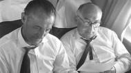 Eintracht Frankfurts früherer Präsident Rudolf Gramlich (rechts) sitzt im Juni 1959 im Flugzeug neben dem damaligen Frankfurter Trainer Paul Oßwald.