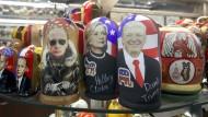 Eingerahmt von Populisten: Eine Matroschka-Figur von Hillary Clinton zwischen Wladimir Putin und Donald Trump in einem Souvenirladen in Moskau