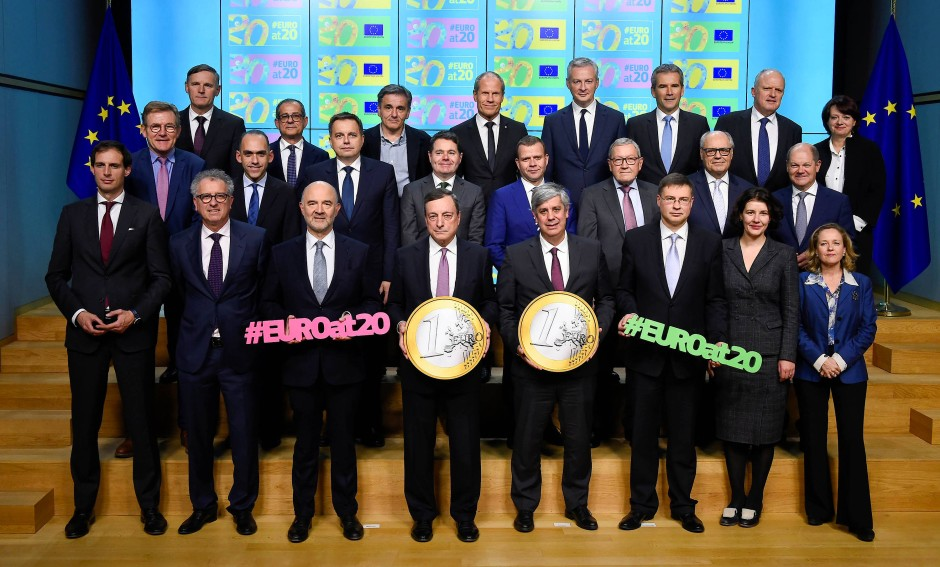 Die Euro-Familie feiert am 3.12.2018 den 20. Geburtstag der Gemeinschaftswährung: EZB-Präsident Mario Draghi (Mitte links) und Eurogruppe-Chef Mário Centeno halten die übergroßen Euro-Münzen.