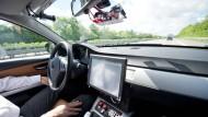 Ein Mitarbeiter von Bosch fährt auf der Autobahn 81 bei Abstatt in einem Auto, das als Prototyp für autonomes Fahren genutzt wird.