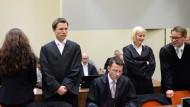 Schon wieder veraltet: Die Sitzordnung ihrer Anwälte Grasel, Stahl, Sturm und Heer (von links nach rechts) soll nach dem Willen von Zschäpe neu gestaltet werden.