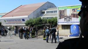 Eine Tote und Verletzte bei Explosion vor Berufsschule in Brindisi