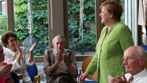 Merkel besucht Pflegeheim – und löst ihr Wahlkampfversprechen ein