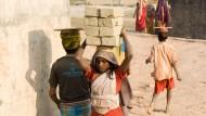 Schwere Lasten müssen die Kinder in den Brickfields auf ihren schmalen Schultern tragen - oder auf ihren Köpfen