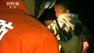 Kopfüber-Rettung: Kind aus Brunnen befreit
