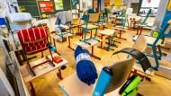Der leere Klassenraum einer Grundschule in Frankfurt.