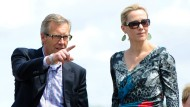Ist dort die Röhre? Christian Wulff ist wieder Präsident und seine Betty keine Präsidentengattin mehr.