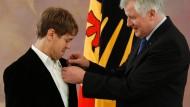 Vettel mit Silbernem Lorbeerblatt geehrt