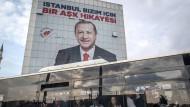 Erdogan und seine Partei geben nicht auf:  Statt aus der Schlappe ihre Lehren zu ziehen, rächen sie sich an der Opposition für die Kommunalwahlen.