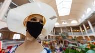 Schaufensterpuppe mit Mundschutz: Auch der Einzelhandel würde ein baldiges Ende der Maskenpflicht begrüßen