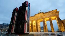 Kunstwerk aus drei Buswracks vor dem Brandenburger Tor