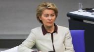 """Bundesverteidigungsministerin Ursula von der Leyen (CDU) während der Sitzung zum Thema """"70 Jahre Nato"""" im Bundestag."""