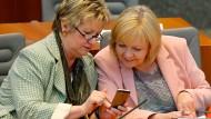 Die Grünen-Spitzenfrau Sylvia Löhrmann und NRW-Ministerpräsidentin Hannelore Kraft (SPD) im Düsseldorfer Landtag