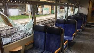 Lose Motorklappe zerschlägt Zug-Scheiben