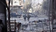 Regierungstruppen am Sonntag im Osten Aleppos: Die Männern von Machthaber Assad haben inzwischen rund 90 Prozent der Rebellengebiete erobert.