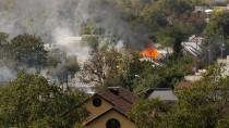 Rauch steigt auf über einem Wohngebiet nahe Donezk.