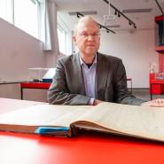 Indiziensuche: Mathias Jehn, Leiter der Abteilung Bestandserhaltung und Digitalisierung, mit einem Zugangsbuch von 1944/46
